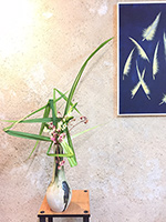 composition ikebana à l'occasion d'un vernissage